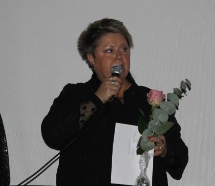 """AnnSofie Brännwall fick mottaga familjen Lundströms nyinstiftade stipendium för """"Årets Eldsjäl"""" i Stöde IF. Foto: Linnéa Zätterquist."""