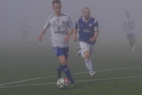 Martin Eriksson driver på i djupet i dimman och fri skjuter han in 4-0 via Simon Gröning i Nedansjömålet. Foto: Pia Skogman, Lokalfotbollen.