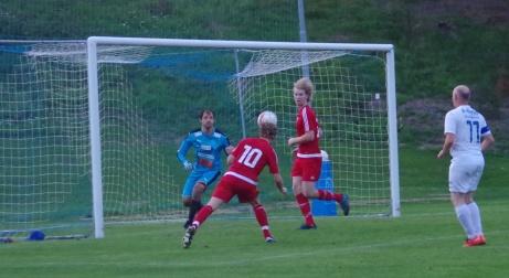 Så här nära var Emil Westberg att nicka hem segern till Kovland på övertid. Foto: Pia Skogman, Lokalfotbollen.nu.