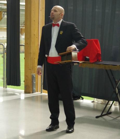 Innan matchen bjöd trollkarlen John Martin på en härlig magikershow i en halvtimme. Foto: Pia Skogman, Lokalfotbollen.nu.
