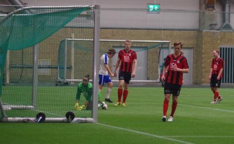 Så blev det mål igen... All Star-lagets målman Mike Karinga Persson, som stod i den andra halvleken, tittar långt efter bollen i nätet. Foto: Pia Skogman, Lokalfotbollen.nu.