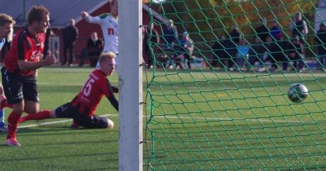 ....men seriens skyttekund får ändå med sig bollen och fri med Mikael Gustafsson rundar han denne och placerar in bollen i det övergivna målet. Med bara sex ordinarie minuter av Medelpadsfyran avgörs den. Foto: Pia Skogman,Lokalfotbollen.nu.