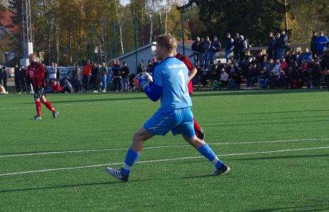 Bollen i tryggt försvar hos Mikael Gustafsson.