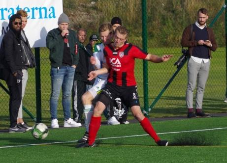 ...men i momentet efter tog det tvärstopp för Luckstas spelande tränare mot Joar Steen. Kanske inte helt schyst... Foto: Pia Skogman, Lokalfotbollen.nu.