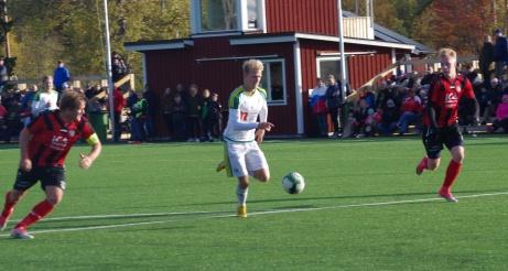 Här avgjörs serien. Oliwer Widahl rycker i mitten mellan Oscar Fors och Oliwer Karlsson...