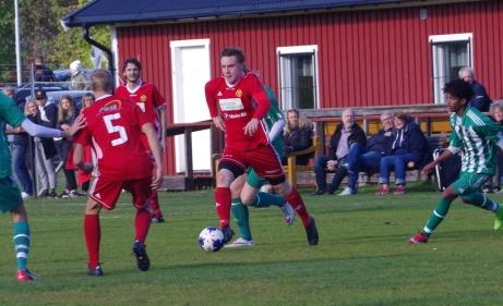 Oliwer Lindgren igen under påseende av lagkompisen Jonathan Marklund (5). Foto: Pia Skogman, Lokalfotbollen.nu.
