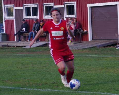 Ytterligare en stilstudie av Robin Nymo med sitt pannband och vita pjuck. Foto: Pia Skogman, Lokalfotbollen.nu.