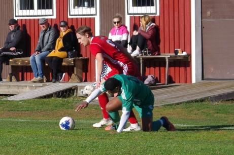 Robin Nymo har både fått Walter Castrillon på fall och har bollen under kontroll. Foto: Pia Skogman, Lokalfotbollen.nu.