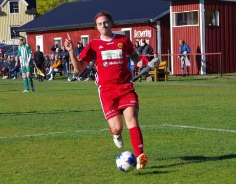 """""""Nej nej nej, jag var aldrig offside"""", tycks Alnöanfallaren Robin Nymo säga till domaren. Foto: Pia Skogman, Lokalfotbollen.nu."""