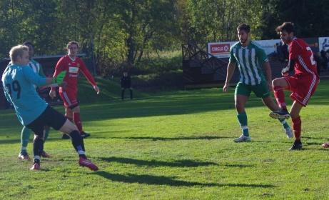 Jacob Larsson (t h) bredsidar in 3-0 förbi Fredrik Enqvist i LjIF-buren. T v följer Oliwer Lindgren händelserna. Foto: Pia Skogman, Lokalfotbollen.nu.