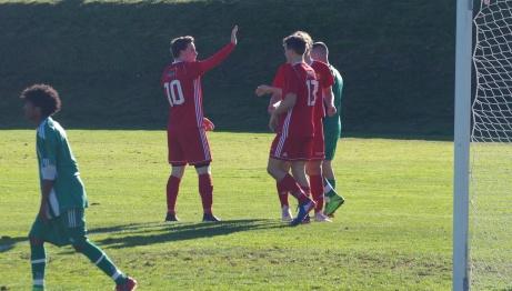 """Fick till och med Oliwer Lindgrens """"high five"""" efter målet. Yonatan Nigussu Damtew deppar. Foto: Janne Pehrsson, Lokalfotbollen.nu."""