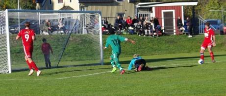 Tobias Lodén avslutar målorgien när han bredsidar in 10-0 sedan Robin Nymo (t v) serverat honom öppet mål. Foto: Pia Skogman, Lokalfotbollen.nu.