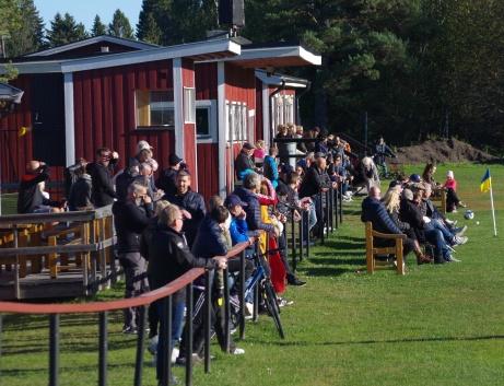 Bra med folk på Släda IP denna soliga höstdag när Alnö IF säkrade uppflyttning till Medelpadsallsvenskan efter bara en säsong i femman. Foto: Janne Pehrsson, Lokalfotbollen.nu.