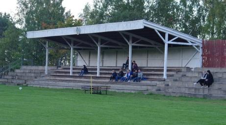 Trots att överlägsna serieledarna Kovland kom på besök var inte den gamla läktaren på anrika Gumsekullen välfylld. Foto: Janne Pehrsson, Lokalfotbollen.nu.