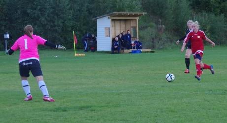 Marielle Bergman nickade redan i den första minuten in 1-0 till Kovland. Här är tvåan på gång... Foto: Pia Skogman, Lokalfotbollen.nu.