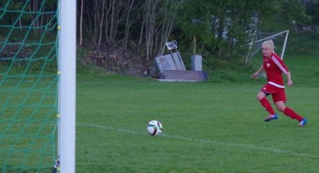 ....Jonna rullar in bollen i tomt mål. Foto: Pia Skogman, Lokalfotbollen.nu.