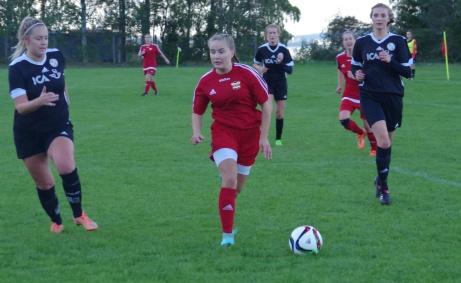 Ida Cöster driver på. Foto: Pia Skogman, Lokalfotbollen.nu.