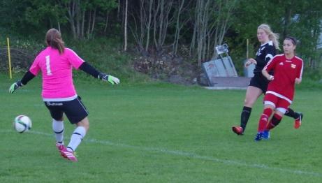 Lina Candell bredsidar in 3-0 förbi Anna Svensson i hemmamålet. Foto: Pia Skogman, Lokalfotbollen.nu.
