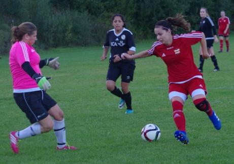 Lina Candell utmanar keepern Anna Svensson medan Jeraldin Oyola avvaktar i bakgrunden. Foto: Pia Skogman, Lokalfotbollen.nu.