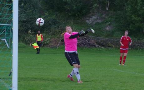 Caramba! Bollen slinker mellan Anna Svenssons och händer och in i nätet. Foto: Pia Skogman, Lokalfotbollen.nu.