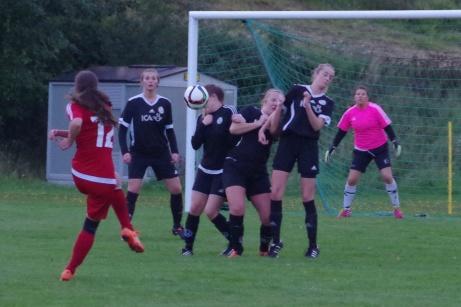 Nathalie Jonasson-Collett drar på en vänsterfrispark men Jeraldin Oyola är välplacerad i muren och knoppar bort bollen. Foto: Pia Skogman, Lokalfotbollen.nu.
