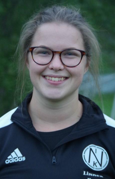 Trots 0-12 i baken var Njurundatränaren Linnéa Berg nöjd och glad. Foto: Pia Skogman, Lokalfotbollen.nu.