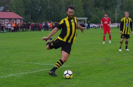 Kubens ålderman Jonathan Bertilsson, 27, vann ovanstående duell mot Torberntsson, och rensar undan. Foto: Pia Skogman, Lokalfotbollen.nu.