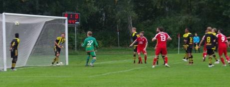 Adam Kerfstedt 1-0 på nick i den första halvlekens slutsekunder sitter precis. Ett psykologiskt mål. Foto: Pia Skogman, Lokalfotbollen.nu.