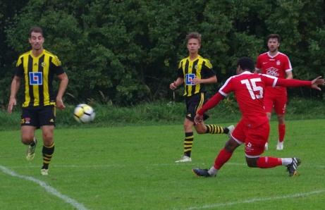 Lamin Kargbo får en bra träff men bollen smiter strax utom. Kevin Wöhrman och Kalle Lindström hinner inte täcka. Forrtfarande 0-0. Foto: Pia Skogman, Lokalfotbollen.nu.