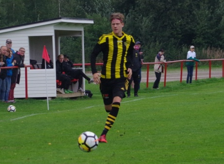 Eddie Åman i full careta efter högerkanten. Foto: Pia Skogman, Lokalfotbollen.nu.