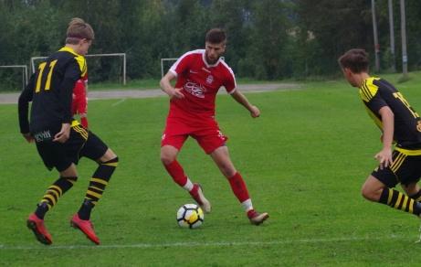 Adam Kerfstedt fintar sig förbi gästernas Eddie Åhman och Karl Lindström. Foto: Pia Skogman, Lokalfotbollen.nu.
