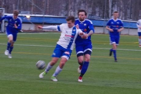 Matfors Victor Steffansson försöker stoppa en framstormande Timråspelare. Foto: Janne Pehrsson, Lokalfotbollen.nu.