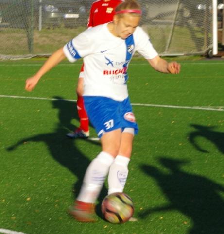 IFK Timrås Isabelle Forslund är i besittning av bollen.