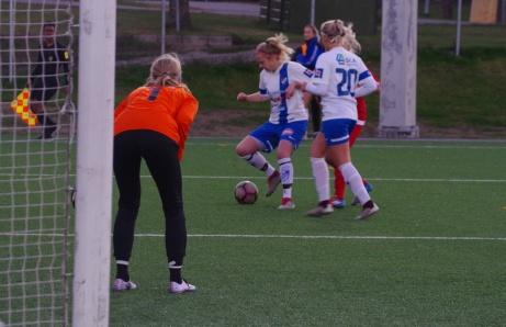 Ett väl samlat hemmaförsvar i form av Isabelle Forslund, Alva Grahn och målvakten Sara-Lee Sandrup.