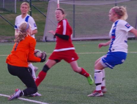 Sara-Lee Sandrup fångar bollen i skopan framför en KIF-forward. Erika Persson och Isabelle Forslund litar på sin keeper.