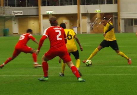 Den avslutande gruppspelsmatchen slutade mållös. För dagen gulklädda Sund var tvungna att vinna med två bollar över Stöde men hade svårt att tränga igenom dom rödkläddas försvar.Foto: Pia Skogman, Lokalfotbollen.nu.