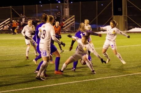SDFF, i vitt, slog ut division 2-laget Heffnersklubban i DM-semifinalen med 5-0. Ikväll väntar deras seriekollega Kovland i finalen. Foto: Pia Skogman, Lokalfotbollen.nu.