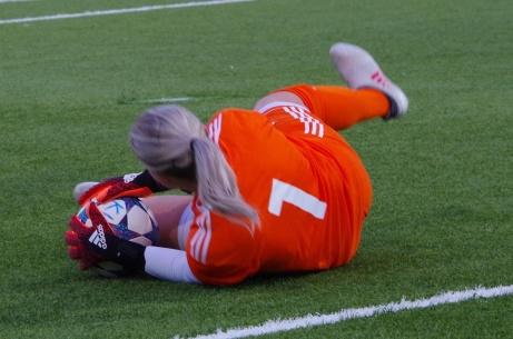 Greppet direkt! Kovlands målvakt Emelie Bergh höll hög klass rakt igenom DM-finalen mot SDFF. Foto: Pia Skogman, Lokalfotbollen.nu.