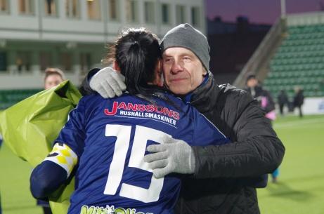 Medelpads Fotbollförbunds Roger Backlund delar ut pris och passar samtidigt på att krama om segrarnas lagkapten Ida Markström. Ida som tidigare även haft den posten i SDFF. Foto: Pia Skogman, Lokalfotbollen.nu.