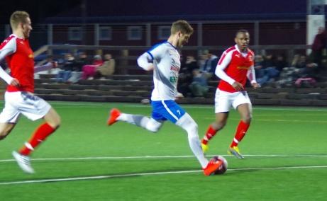 Tremålsskytten Oskar Nordlund lossar kanonen och 4-0 är ett faktum när hans IFK Timrå besegrade Svartvik med 5-0 och kvalificerade sig till DM-final. Foto: Pia Skogman, Lokalfotbollen.nu.