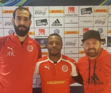 """Svartviks värvarbomb från Syrianska FC och Suoerettan, Sani Tahir, flankeras av tränarna Ahmad Khreis och """"Jocke"""" Sjödin."""