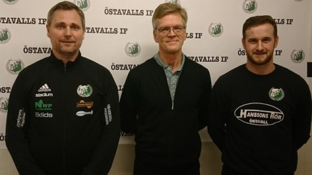 """Östavalls nya tränartrojka. Fr v huvudtränaren David Nordberg, """"bollplanket"""" Sören Ericsson och spelande assisterande tränaren Jordan Binns. Foto: Lars-Gunnar Nordlander."""