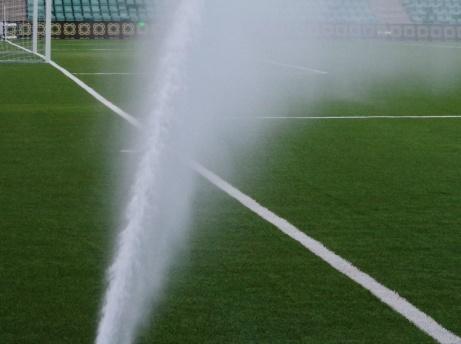 Lokalfotbollen höll på att åka på en rejäl kalldusch när sprinklersystemet gick igång precis innan avspark i DM-finalen. Foto: Pia Skogman, Lokalfotbollen.nu.
