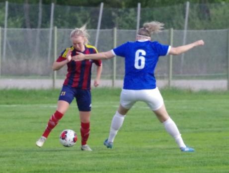 Selångers Linn Jonsson utmanar IFK Östersunds Åse Perman. Foto: Pia Skogman, Lokalfotbollen.nu.