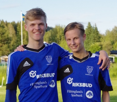 Hassels målskyttar mot Indal på Härevallen. Fr v Gustaf Salomonsson 2 och Max Olsén. Foto: Pia Skogman, Lokalfotbollen.nu.