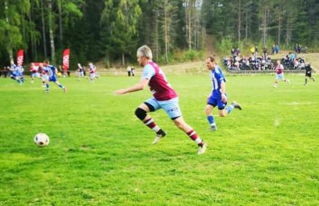 """Fränstas Patrik """"Putte"""" Larsson forsar fram på Viskans IP i 1-1-matchen. Foto: Björn Östgrård."""