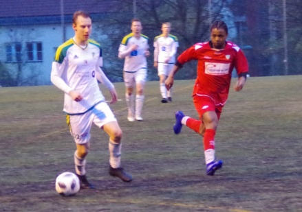 Elias Lindqvist gjorde egentligen 1-0 för sitt Lucksta mot Älgarna. Men domaren valde att ge målet till Hakim Rouass istället. Foto: Pia Skogman, Lokalfotbollen.nu.