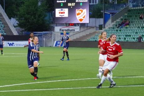 Emelie Åkersten dundrar in sitt andra mål mot division 1-laget IFK Östersund och säkrar definitivt Kovlands avancemang till nästa omgång i Svenska Cupen. Foto: Janne Pehrsson, Lokalfotbollen.nu.