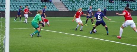Jonna Wistrand tar emot Marielle Bergmans inspel innan hon skjuter in 2-0 för Kovland i den 18:e minuten. Foto: Janne Pehrsson, Lokalfotbollen.nu.