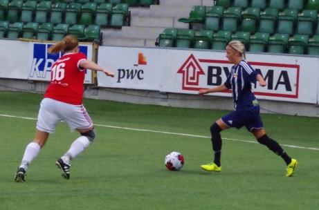 Kovlands kantspelare Marlene Ejerås utmanar före detta SDFF-spelaren Cecilia Hallberg. Foto: Janne Pehrsson, Lokalfotbollen.nu.